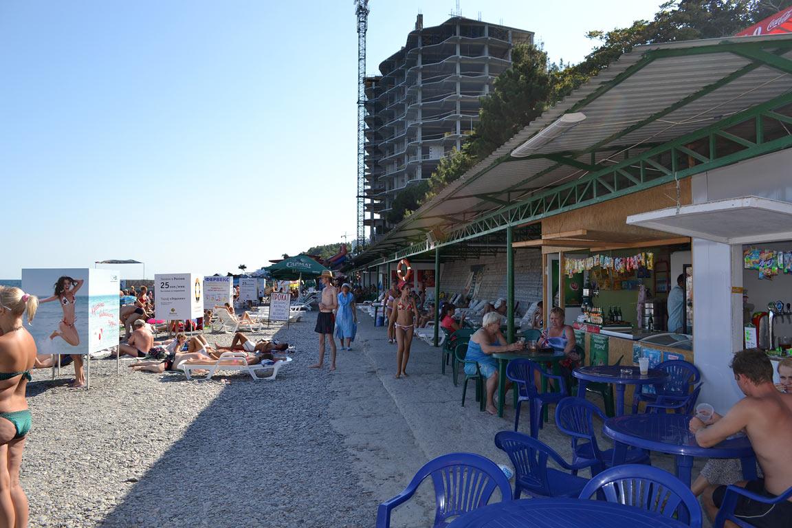 В  Ялте предприниматели не спешат покидать насиженные места на Приморском пляже