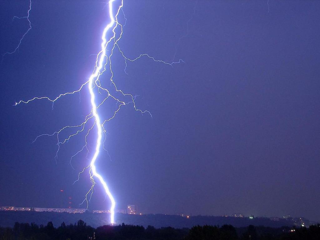 В Керчи молния ударила прямо в трансформаторную будку