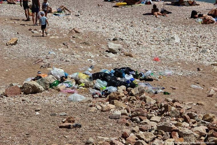 В Балаклаве пляж превратился в помойку