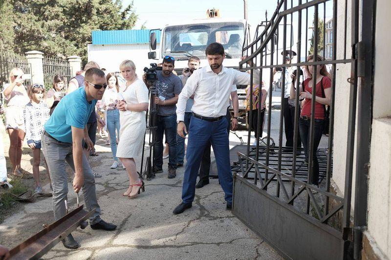 В Крыму приступили к сносу незаконных заборов на пляжах