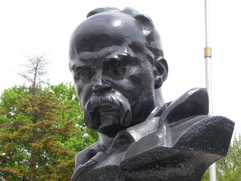 В Симферополе неизвестные раскрасили памятник Шевченко