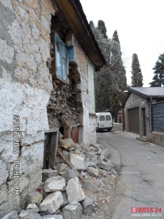 В Ялте произошло обрушение подпорной стены в жилом доме