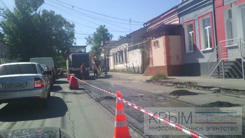 Крымский подрядчик продолжает ремонтировать дорогу днем, несмотря на распоряжение властей