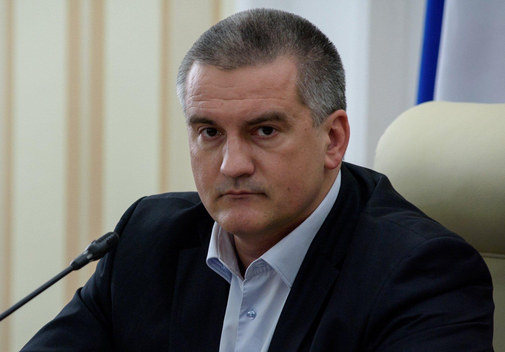Аксенов поручил привести все остановки общественного транспорта в республике в однообразное состояние