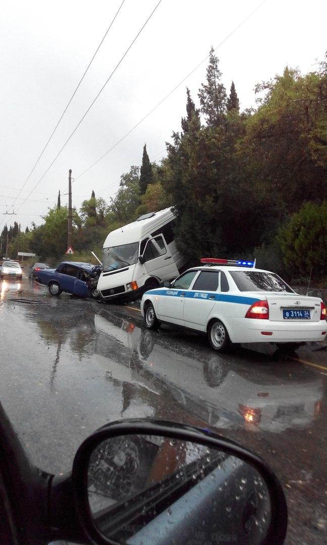 Серьезная авария недалеко от Алушты: столкнулись легковой автомобиль и микроавтобус