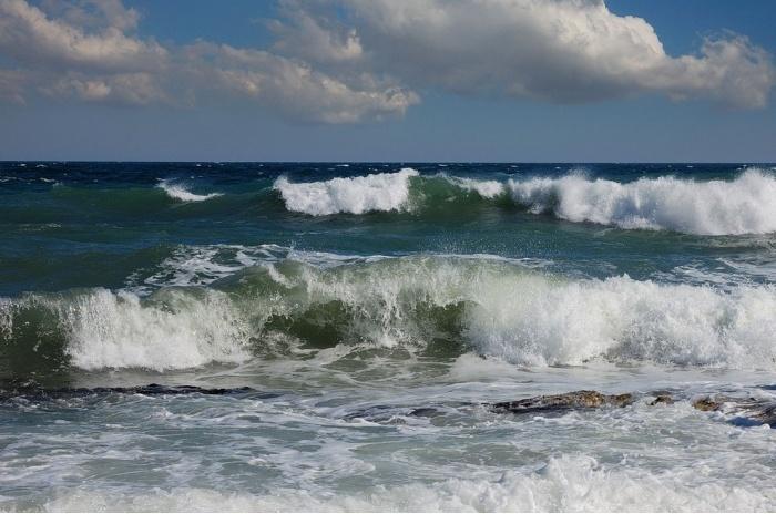 В Крыму недалеко от Ливадии затонул плавучий кран: есть погибшие