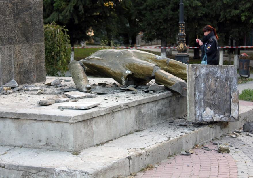 Трех жителей Судака подозревают в разрушении памятника Ленину