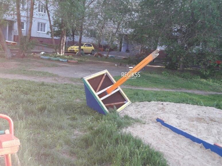 В Омске на ребенка упала песочница