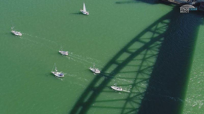 Экстремалы-яхтсмены прошли под аркой Крымского моста (фото)