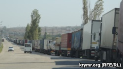 Припаркованные грузовики в Керчи, 27 сентября 2017 года