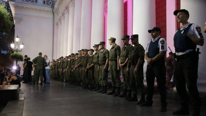 В Одессе муниципальная охрана не дала активистам установить палатки возле мэрии