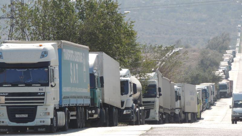 Сотни грузовиков ждут окончания шторма на улицах Керчи (+ фото)