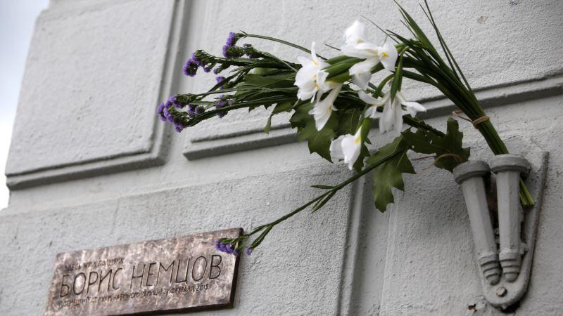 Россия: прокремлевские активисты сняли мемориальную табличку с дома, где жил Немцов
