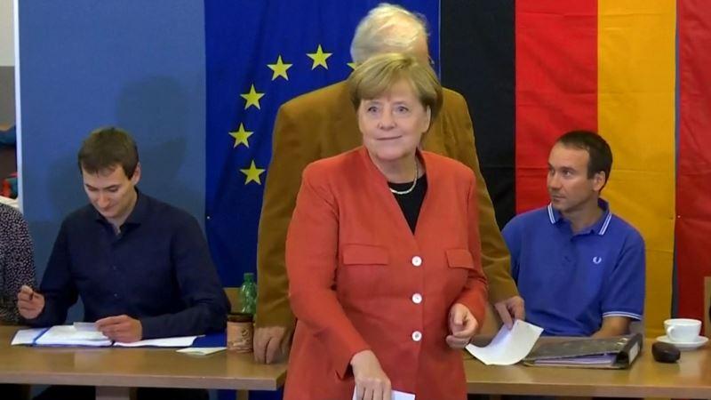 Порошенко и Гройсман поздравили Меркель с победой, не дожидаясь официальных результатов