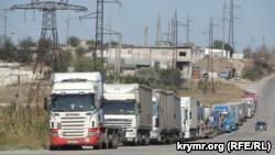 Грузовики на улице Индустриальное шоссе в Керчи, 27 сентября 2017 года