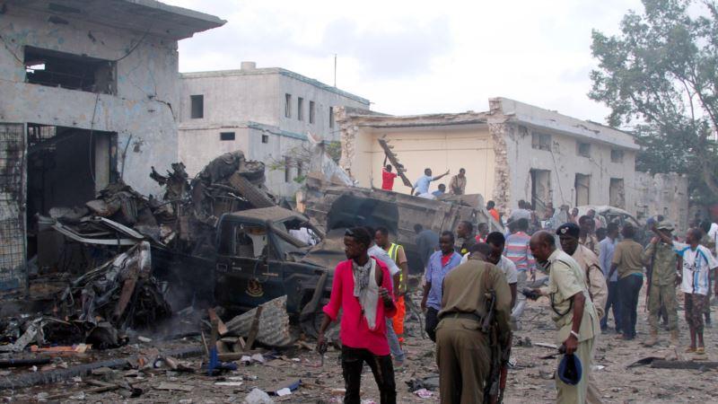 В столице Сомали в результате взрыва возле отеля погибли 18 человек, десятки ранены