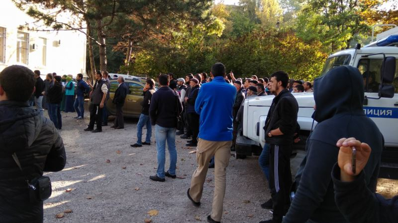 Под судом в Симферополе более сотни крымчан собрались поддержать задержанных в Бахчисарае – активист (+ фото)