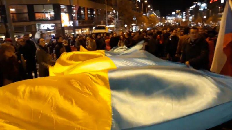 В Праге на праздновании годовщины Бархатной революции активисты развернули флаг Украины