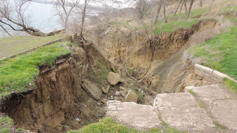 В Керчи оползень разрушил дорогу к морю (+ фото)