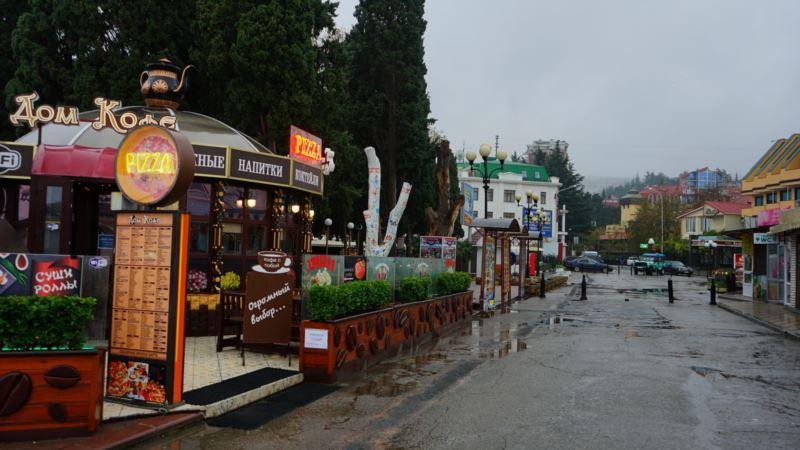 Власти Крыма приказали снести кафе, отель и торговый павильон на набережной Алушты