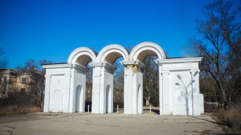 В парке Керчи разрушается арка, которую ремонтировали подрядчики из Ростова (+ фото)