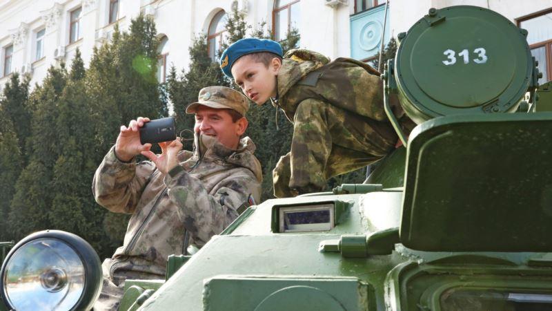 В Крыму прошел ряд мероприятий, приуроченных к российскому «Дню защитника Отечества» – власти
