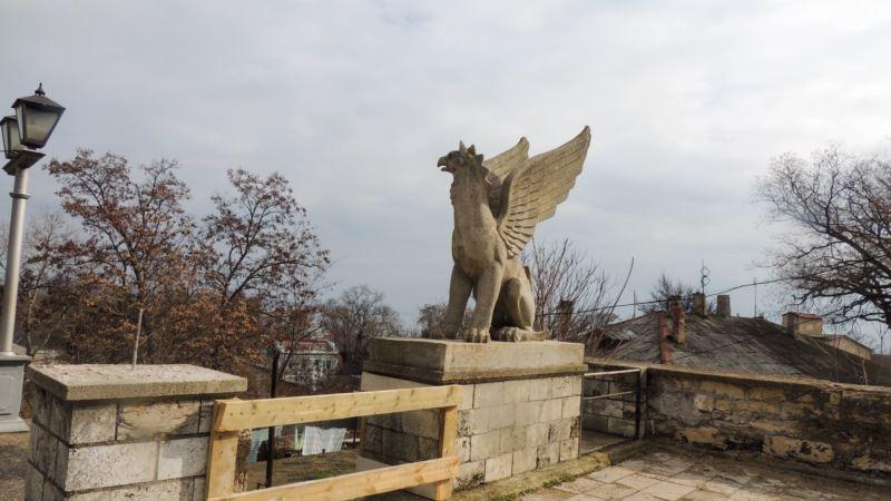 С Митридатской лестницы в Керчи вывезли скульптуры грифонов (+ видео)