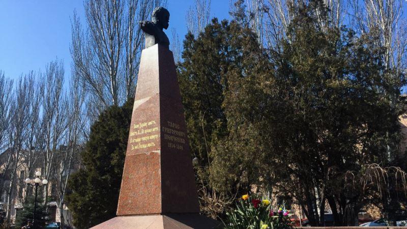 В Керчи принесли цветы к памятнику Шевченко в годовщину со дня его рождения (+ видео)