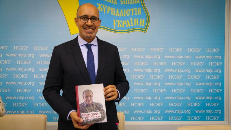 Представитель ОБСЕ по вопросам свободы СМИ Дезир получил в подарок книгу Семены «Крымский репортаж»