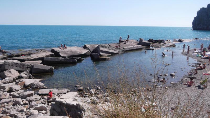 Пляжи в Алупке смывает море, подсыпка не помогает – ялтинская чиновница