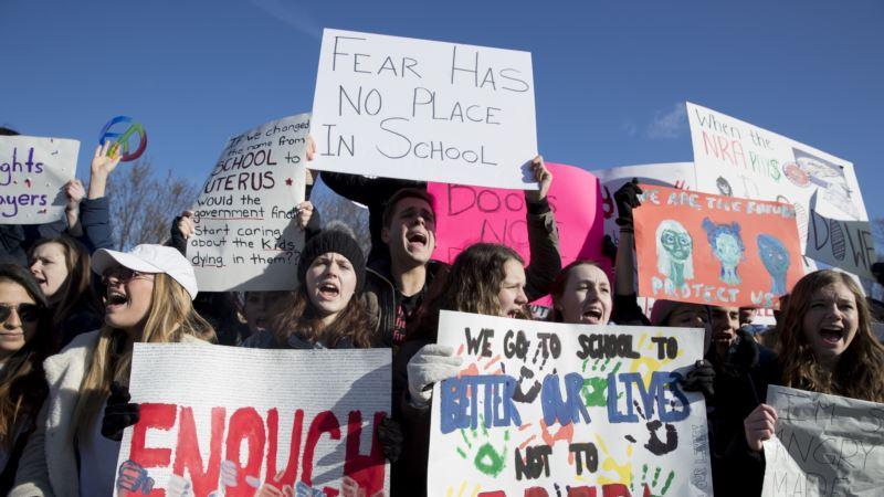 В США тысячи людей вышли на демонстрации за ограничение торговли оружием