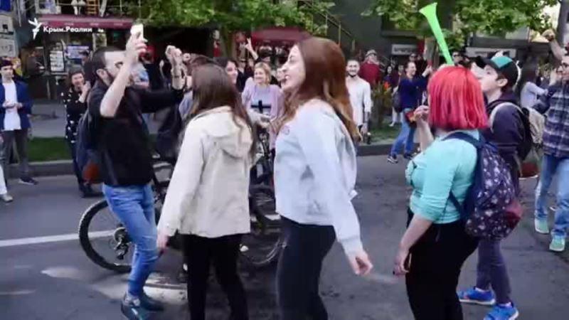 В Ереване празднуют отставку премьера Саргсяна (+видео)