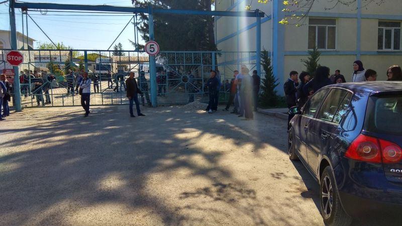 Белогорск: силовики после обыска увозят предпринимателя Бариева (+ видео)