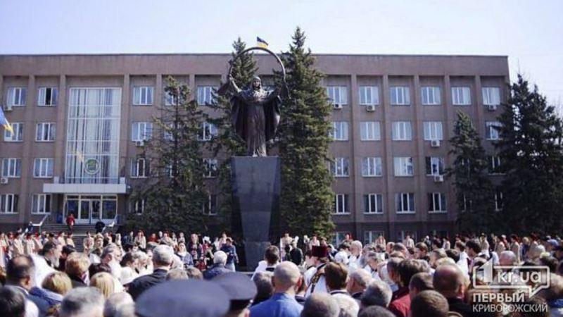 В Кривом Роге на месте поваленного Ленина открыли скульптуру Богоматери