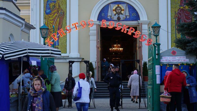 На службу в храм Украинской православной церкви в Симферополе прихожан пускали через металлодетекторы (+фото)