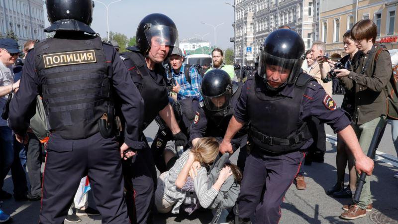 В ЕС осудили действия полиции в России против митингующих