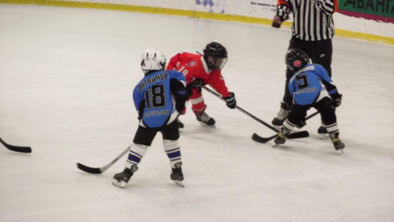 На ялтинском катке, ранее закрытом по решению суда, проходит детский хоккейный турнир