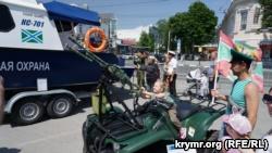 На праздновании Дня российского пограничника в Симферополе угощали кашей и показывали военную технику