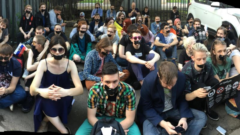 У здания Роскомнадзора в России прошла акция против блокировки Telegram