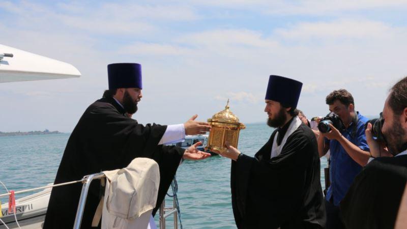 В Керчи провели морской крестный ход и освятили мост