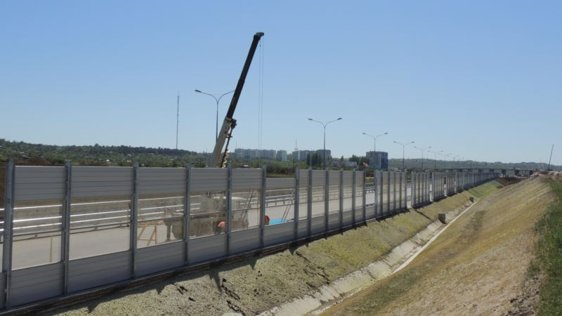 В Керчи вдоль строящейся трассы «Таврида» установили шумозащитные экраны (+ фото)