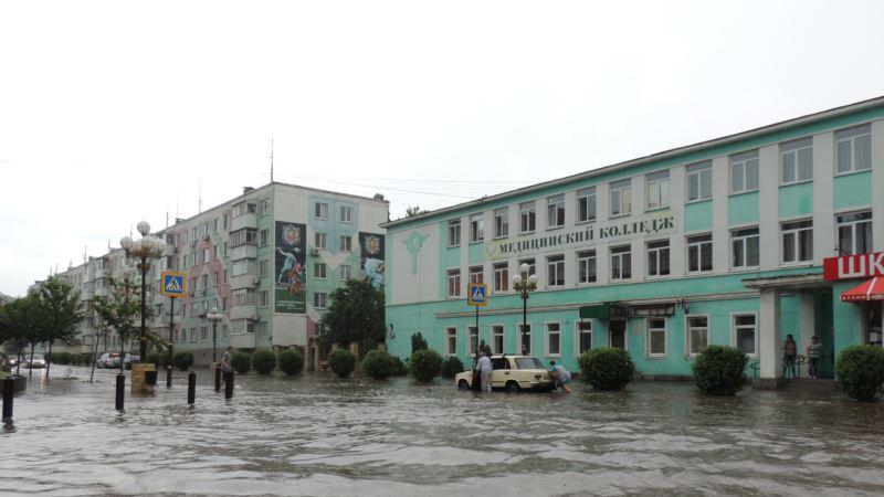 Машина российской певицы попала под ливень в Керчи
