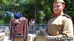 В Севастополе на «День Исторического бульвара» танцевали вокруг портрета Сталина (+фото)