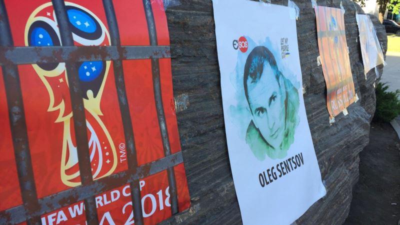 В Варшаве требовали освободить Сенцова и бойкотировать футбольный чемпионат