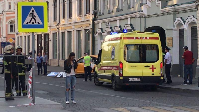 СМИ опубликовали видео наезда такси на прохожих в центре Москвы