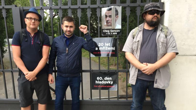 Чешские активисты ко дню рождения Сенцова устроили символическую акцию у посольства России