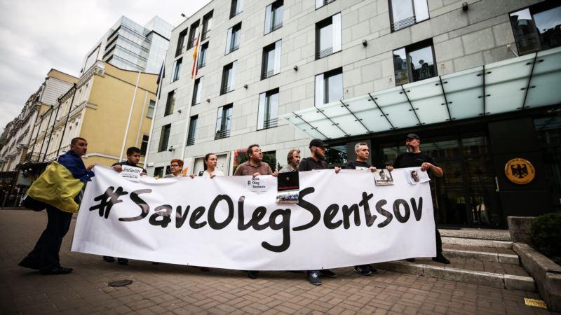 Под посольством Германии в Киеве прошла акция в поддержку Сенцова (+ фото)