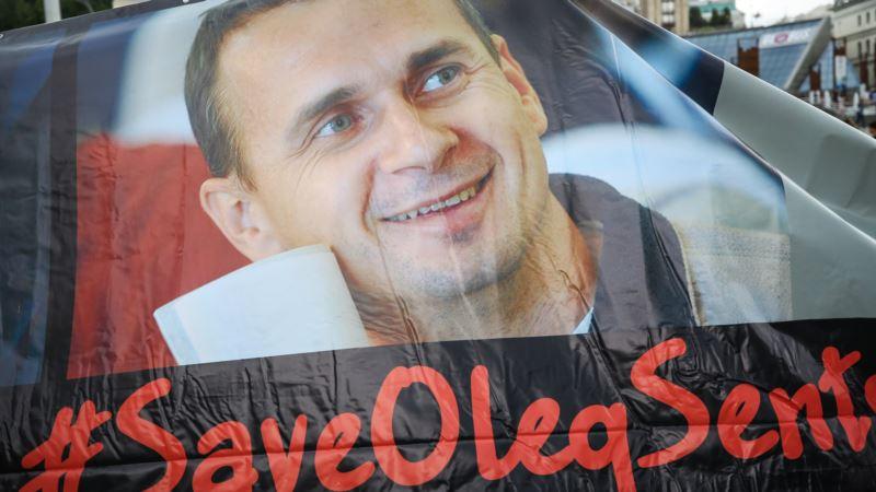 В Москве активисты вывесили баннер в поддержку Сенцова