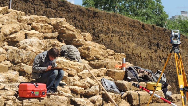 В Крыму сообщают о сотнях артефактов, найденных в скифском некрополе
