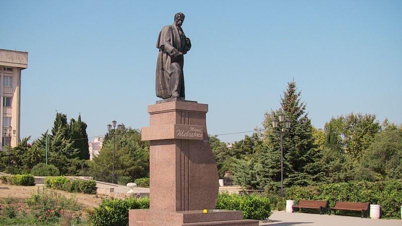 Севастопольцы возложили цветы к памятнику Шевченко в День Независимости Украины